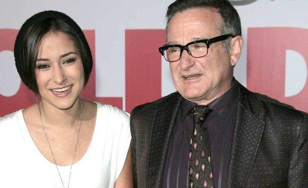 Robin Williams edusti tyttärensä Zeldan kanssa ensi-illassa vuonna 2009.