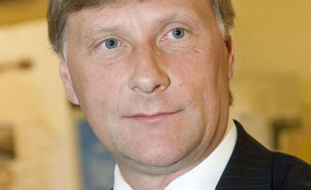 Ammattimainen marjanpoiminta on mennyt ministeri Jari Koskisen mielestä liian pitkälle.