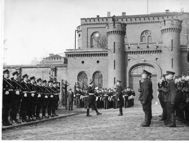 Ranskalaiset joukot (vas.) luovuttavat vartiovuoron neuvostoliittolaisille joukoille (oik.) Spandaun vankilan edustalla marraskuun alussa 1953.