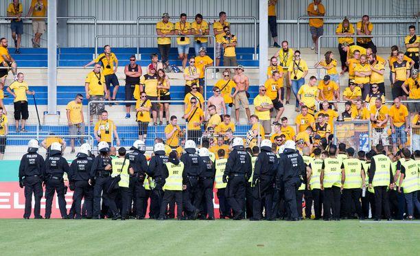 Dynamo Dresdenin kannattajat eivät sulattaneet joukkueensa tappiota piskuiselle SV Rödinghausenille.