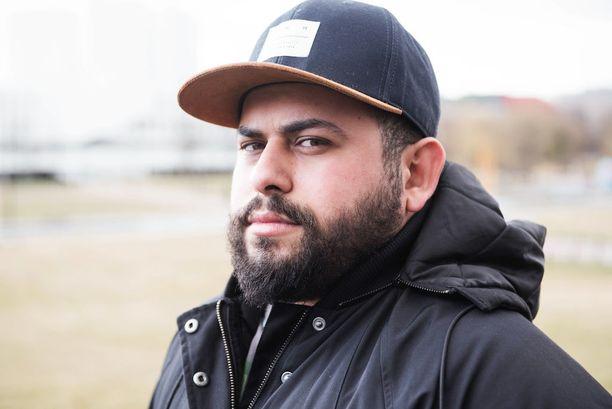 Moataz Jalal Mohammed Al-Rashid kertoo tehneensä valtavasti töitä todistaakseen kuuluvansa suomalaiseen yhteiskuntaan. Päivätöiden lisäksi Moataz tekee vapaaehtoistyötä.