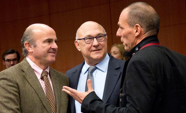 Kreikan valtiovarainministeri Yanis Varoufakis (oikealla) keskustelee Espanjan ja Ranskan ministerien kanssa.