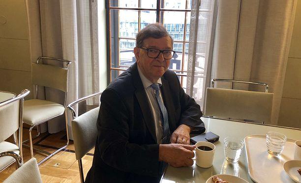 """Paavo Väyrynen on kertonut olevansa oppositiossa sekä hallitusta että oppositiota vastaan. Väyrynen ihmetteli tiistaina, että esimerkiksi euroasiasta ei oppositiokaan halua keskustella. Väyrynen kertoi """"iskevänsä"""" eduskunnassa kaikilla alueilla, jotka ovat hänen mielestään tärkeitä."""
