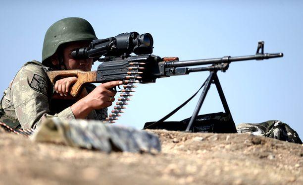 Turkin aseistetut sotilaat vartioivat rajaa Sanliurfassa lähellä Syyrian rajaa. Sotilasliitto Nato on vakuuttanut suojelevansa jäsenmaataan Turkkia, jos taistelut leviävät Turkin puolelle rajaa.