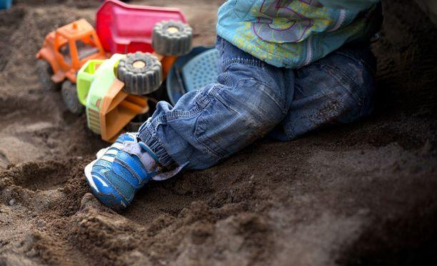 Joensuulaisvanhemmilla on erilainen käsitys siitä, onko muovilapiolla lyöty vai ei.
