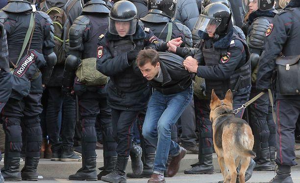 Poliisi on ottanut kiinni satoja mielenosoittajia Moskovassa.