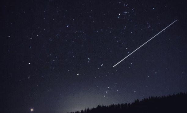 Iltalehden lukija nappasi kuvan tähdenlennosta Salon taivaalla.