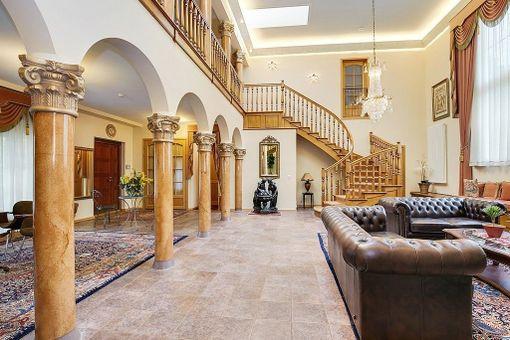 Talon holvikaarissa ja pilareissa on myös italialaisvaikutteita.