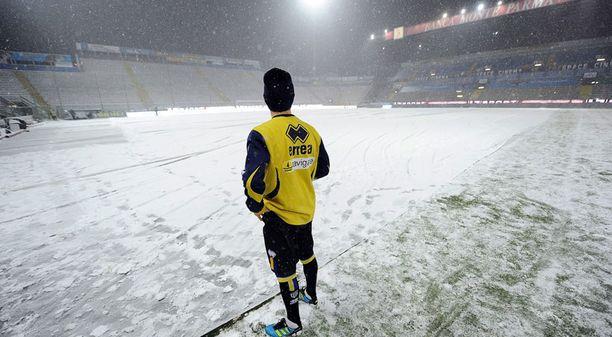 Pelaajat tarkistivat nurmen kuntoa ennen päätöksen tekoa.