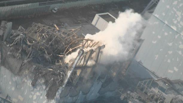 Fukushima I -voimalan reaktoreista kolme suli, koska jäähdytysjärjestelmät pettivät. Se johti kolmeen vetyräjähdykseen. Kuvassa kakkosreaktori viisi päivää tsunamin jälkeen.