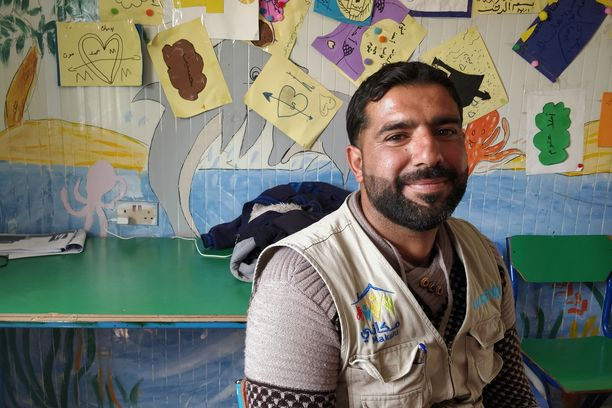 Abdul Aziz kertoo Ammanissa elävien sukulaistensa houkuttelevan häntä muuttamaan perheineen pois pakolaisleiriltä. Elämä Jordaniassa ei kuitenkaan ole halpaa, eikä Aziz usko rahojen riittävän viisihenkisen perheen elättämiseen leirin ulkopuolella.