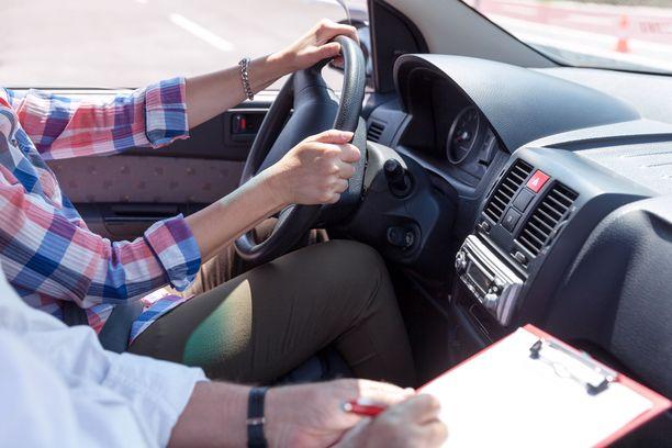 Viime vuoden heinäkuussa voimaan tulleen uudistuksen jälkeen aiempaa suurempi osuus ajokokelaista on reputtanut ajokokeen ensimmäisellä yrittämällä. Kuvituskuva.