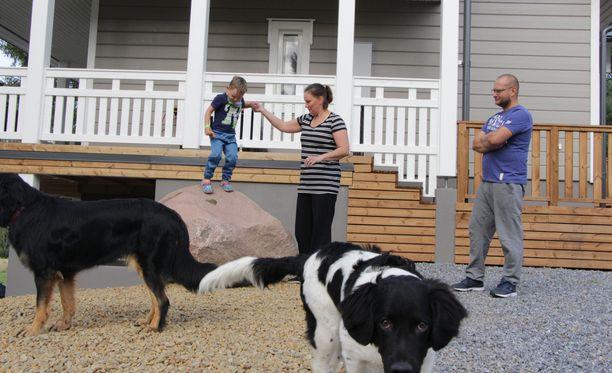 Marika Lievejärvi ja Janne Virtanen rakensivat uuden kodin palaneen paikalle. Juho oli tulipalon tapahtuessa 2-vuotias. Nyt reipas pikkumies täyttää 4. Eläinrakkaassa perheessä on kaksi uutta koiraa; Tähkä ja Iivo.