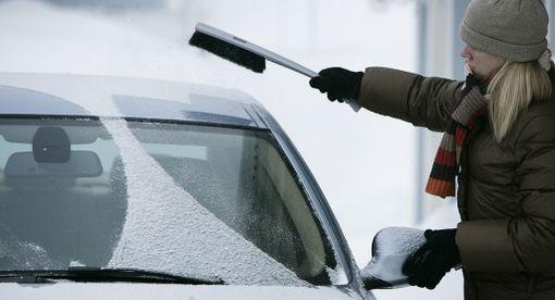 Puhdista auto huolellisesti lumesta ennen liikkeellelähtöä. Pelkät silmänreiät tuulilasissa eivät riitä.