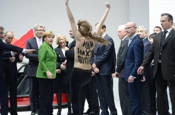 Vuonna 2013 ukrainalainen mielenosoittaja huusi Putinia diktaattoriksi syyttäviä sloganeita, ennen kuin turvamiehet ottivat hänet kiinni.