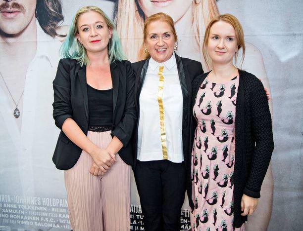 Kirjailija Anja Snellman on aiemmin kieltäytynyt Syysprinssi-kirjansa elokuvaoikeuksien luovuttamisesta eteenpäin. Alli Haapasalo kuitenkin vakuutti kirjailijan osaamisellaan. Kuvassa Anjan kera tyttäret Alma ja Elsa.