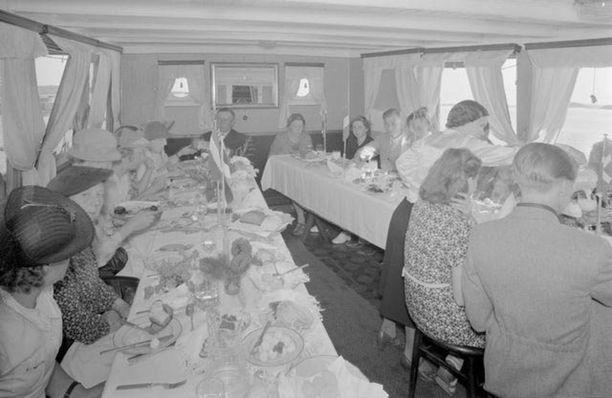 Ruokailijoita sisävesilaivalla 1930-luvun lopulla.