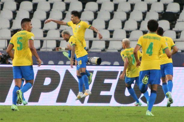 Lucas Paqueta tuulettaa Neymarin kanssa Brasilian voittomaaliksi jäänyttä osumaa.