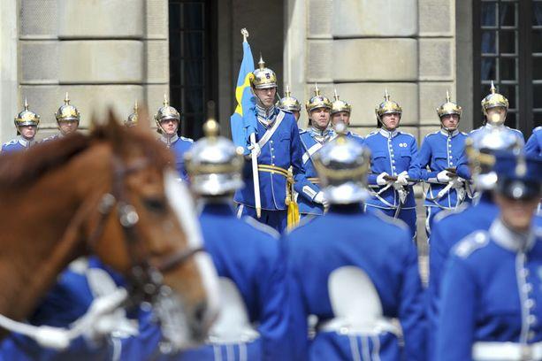– Kruununprinsessa Victoria ja hänen tuleva puolisonsa Daniel vaikuttavat mukavilta ihmiseltä, sanoo luutnantti Claes Lewenhaupt (kuvassa keskellä).