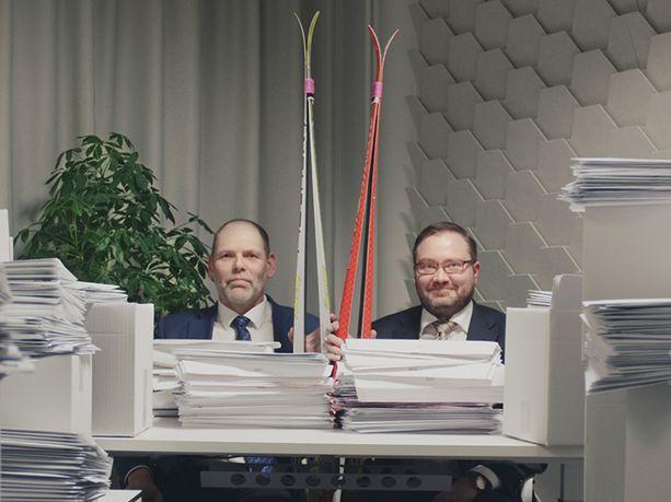 Verohallinnon pääjohtaja Markku Heikura (vas.) ja Väestörekisterikeskuksen ylijohtaja Janne Viskari ottivat mielellään hiihtohaasteen vastaan.