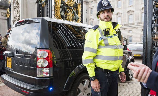Kaksi miespoliisia on loukkaantunut lievästi Buckinghamin palatsin edustalla tapahtuneessa välikohtauksessa. Kuvituskuva