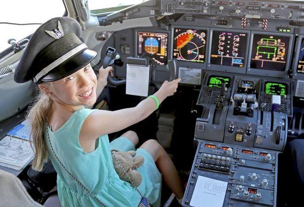 Lentäjän tytär tutustuu matkustajakoneen ohjaamoon. Hawaiian Airlinesilla lupa irtosi vierailla ihan kapteenin paikalla asti.