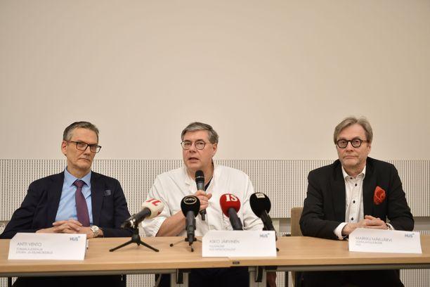 HUS kertoo, että sairastunut on sydänkirurgi. Altistuneita on kymmeniä. Kuvassa vasemmalta Antti Vento, Asko Järvinen ja Markku Mäkijärvi.