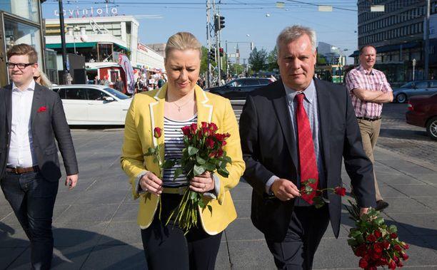 SDP:n uusi puheenjohtaja Antti Rinne ja väistynyt puheenjohtaja Jutta Urpilainen jakelivat ohikulkijoille ruusuja Mannerheimintiellä perjantaiaamuna.