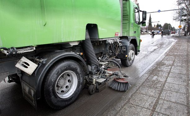 Poliisin mukaan lakaisukoneen kuljettaja ei ilmeisesti ollut nähnyt peruuttavan koneen takana ollutta jalankulkijaa. (Arkistokuva. Kuvan lakaisukone ei liity tapaukseen.)