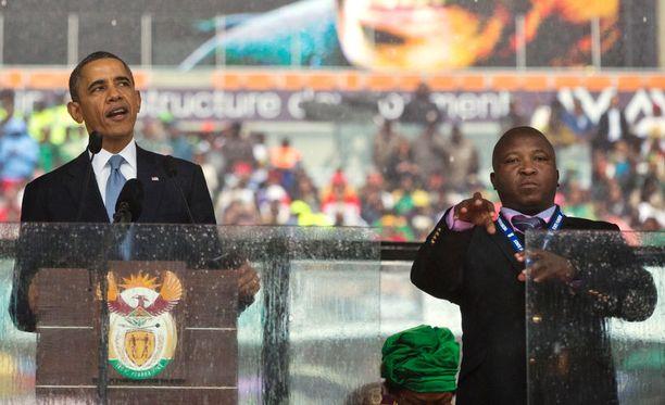 Asiantuntijoiden mukaan Nelson Mandelan muistotilaisuutta tulkannut mies ei tehnyt yhtään oikeaa viittomaa.