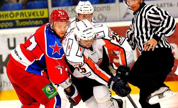ZSKA:n Stephane da Costa (vasemmalla) ja Marek Viedensky kohtaavat todennäköisesti ensi kaudella KHL:ssä.