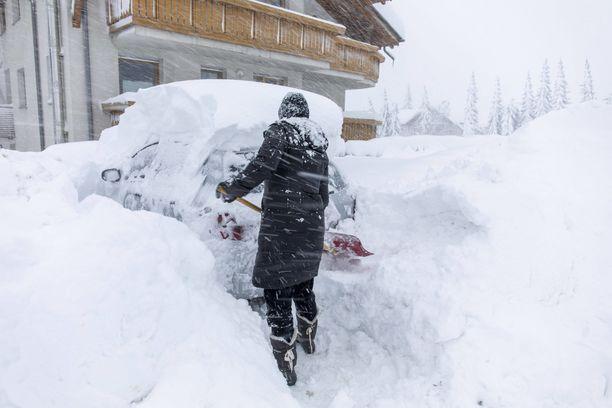 Viikonloppu suisti Keski-Euroopan todelliseen lumikaaokseen.