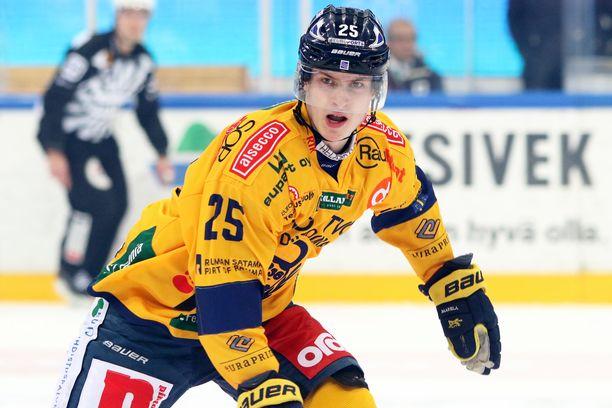 Antti Saarela jätti pelin kesken Colby Robakin taklauksen jälkeen.