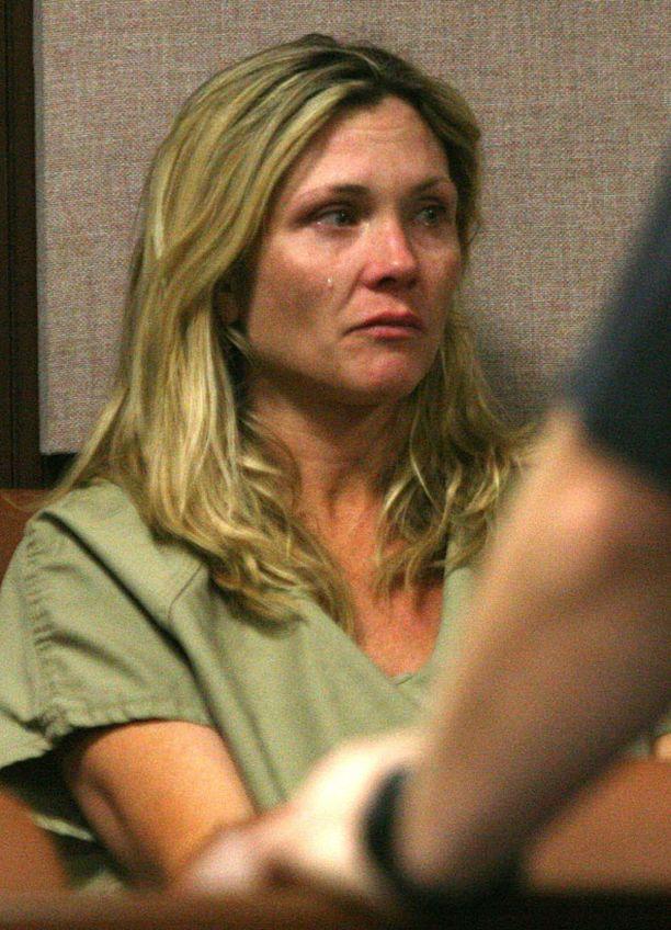 Amy Locane kuvattiin oikeudessa odottamassa syytteitä.