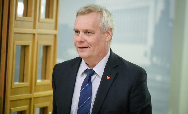 SDP:n puheenjohtaja Antti Rinne kommentoi puheenjohtajakilpaa vähäsanaisesti.
