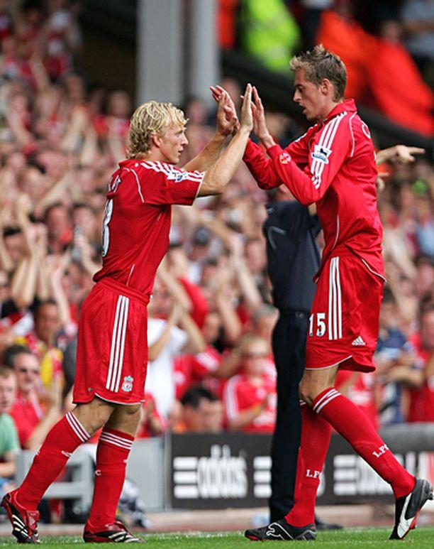 Liverpoolin Dirk Kuyt (vas.) ja Peter Crouch tuulettelivat toisen osuman jälkeen.