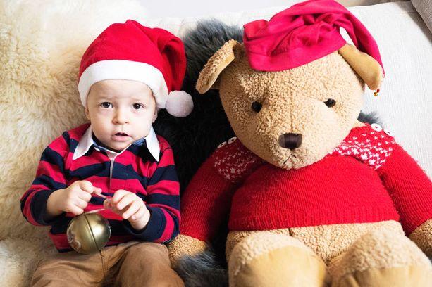 Paavo, 1 v 4 kk, viettää toisen joulunsa Jämsänkosken mummolassa. Paavon jouluun kuuluvat joulupuuro, kuusen haku ja haudoilla käyminen.