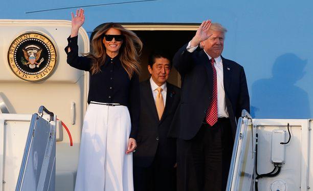 Melania Trumpin rento tyyli koostui valkoisista leveälahkeisista housuista ja mustasta kauluspaidasta.