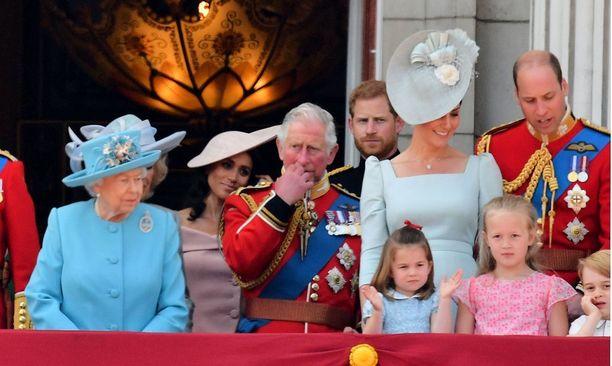 Kuningasperhe kokoontui Buckinghamin palatsin parvekkeelle.