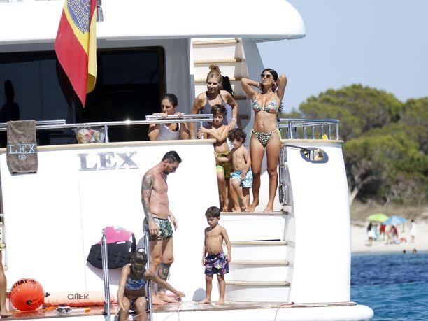 Lionel Messi vietti perheineen laatuaikaa Ibizalla. Mukana oli myös muun muassa joukkuekaveri Luis Suarez oman perheensä kanssa.