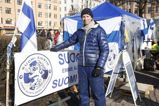 Suomi ensin -liikkeen Panu Huuhtanen toisessa, jo viikkoja olleessa mielenosoitusleirissä Rautatientorilla.