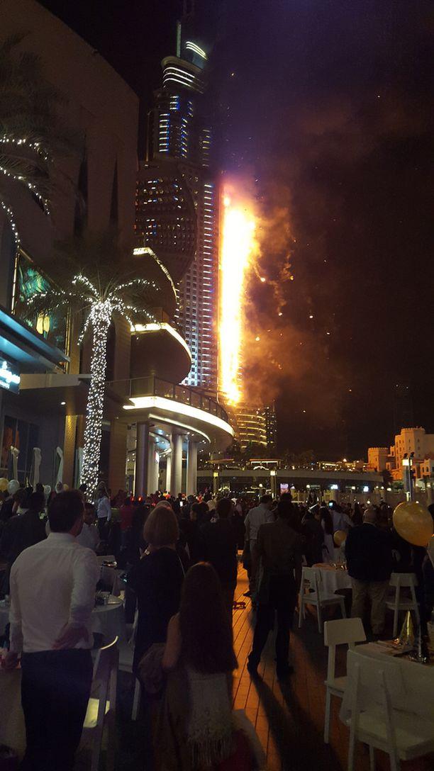 Address Downtown-hotelli syttyi palamaan uudenvuoden aattona Dubaissa. Suomalainen Martti näki palon ravintolan pöydästään.