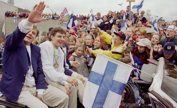 Kisoissa yhden tehopisteen tehnyt Tero Lehterä (toinen vas.) ei osannut tuoreeltaan nauttia Suomen MM-juhlista keväällä 1995.