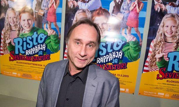 Tom Lindholm näyttelee Risto Räppääjä ja Sevillan saiturissa saiturin palvelijaa, jolla ei ole ihan puhtaat jauhot pussissa.