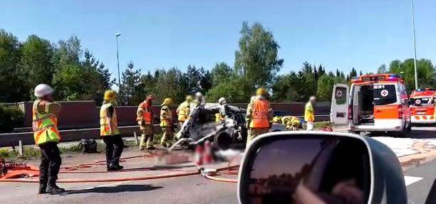 Kuorma-auto ajoi henkilöauton perään. Pelastuslaitos on parhaillaan onnettomuuspaikalla.