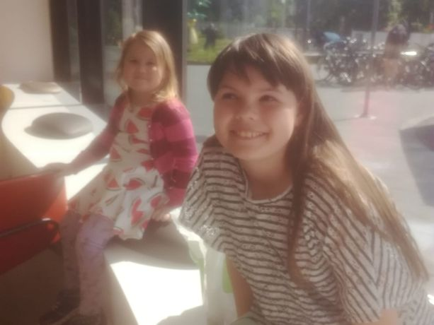 6-vuotias Siiri ja hänen isosiskonsa Roosa saivat pääministeriltä henkilökohtaiset tervehdykset ja kirjat. Kuva on otettu kesällä.