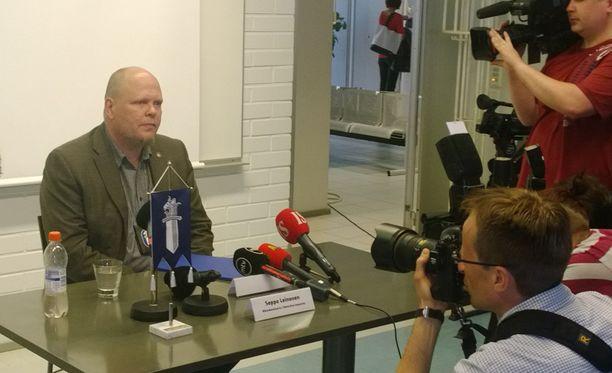 Tutkinnanjohtaja Seppo Leinonen vastaili toimittajien kysymyksiin torstaina iltapäivällä Oulussa.