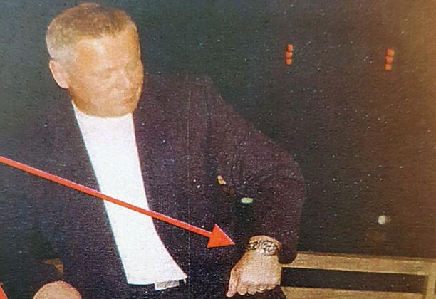 Poliisi löydi murhatutkinnan aikana kuvan, jossa Raimo Andersson ihailee Volkan Ünsalilta varastetuksi epäiltyä Rolexia.