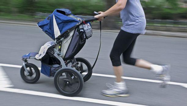 Kävely on hyvä tapa ylläpitää kuntoa. Myös lenkkeilyä kannattaa kokeilla, jos se on mahdollista.