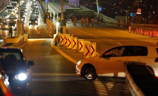 Armeija sulki merkittävän sillan Istanbulissa.